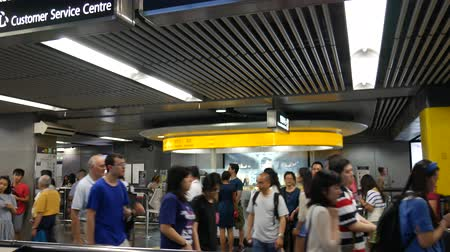 Hong Kong, Hong Kong S.A.R.-June 3, 2017: Commuters in subway station in Hong Kong Vídeos