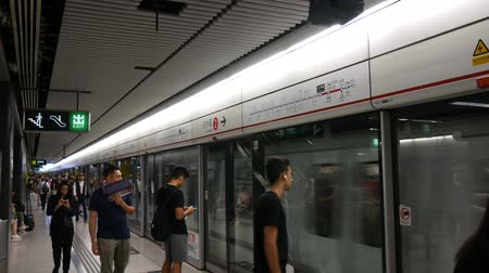 travelling : Hong Kong, Hong Kong SAR-3 juni 2017: Pendelaars in metrostation in Hong Kong