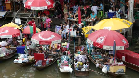 yerler : Samut Songkhram, Thailand-September 12, 2015: Floating Market, Thailand. Amphawa Floating Market. It is one of the most popular floating markets in Thailand. Some vendors sell food on their boats. There are also many food stalls, restaurants and shops alo Stok Video