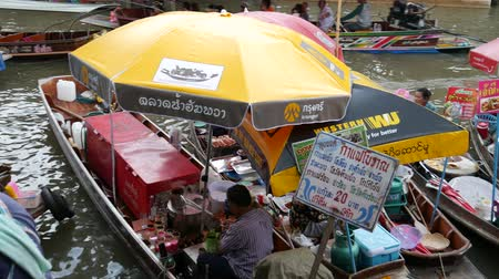 samut : Samut Songkhram, Thailand-September 12, 2015: Floating Market, Thailand. Amphawa Floating Market. It is one of the most popular floating markets in Thailand. Some vendors sell food on their boats. There are also many food stalls, restaurants and shops alo Stock Footage