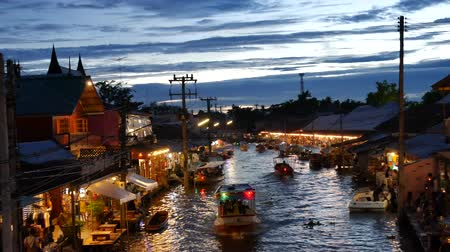 people shopping : Samut Songkhram, Thailand-September 12, 2015: Floating Market, Thailand. Amphawa Floating Market. It is one of the most popular floating markets in Thailand. Some vendors sell food on their boats. There are also many food stalls, restaurants and shops alo Stock Footage