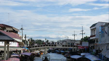 prodejce : Samut Songkhram, Thailand-September 12, 2015: Floating Market, Thailand. Amphawa Floating Market. It is one of the most popular floating markets in Thailand. Some vendors sell food on their boats. There are also many food stalls, restaurants and shops alo Dostupné videozáznamy