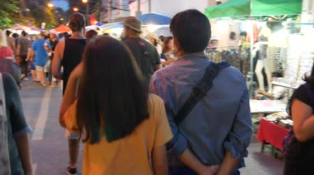 tartomány : Chiang Mai, Thailand-October 4, 2015: Tourists and locals walk among stalls at the famous Sunday walking street (Thapae walking street), Chiang Mai, Thailand.