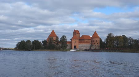 yerler : Trakai, Lithuania - October 16, 2016: Trakai castle is visited by hundreds of thousands of tourists every year. Stok Video