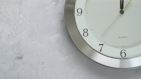 часов : one minute before twelve on the wall clock