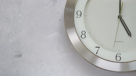 часов : one minute after five on the wall clock