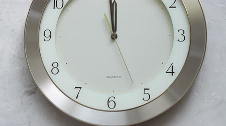 часов : one minute before twelve o clock on the wall clock with continuously moving time