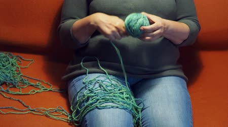 meada : front view of a woman winds a ball of yarn Vídeos