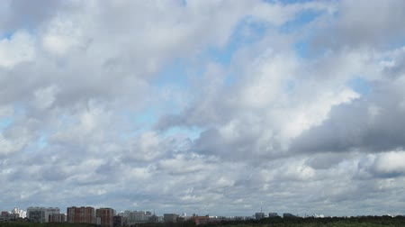 bulutluluk : gray and white clouds run across city skyline Stok Video