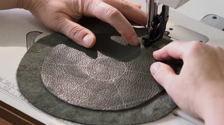 workshop for making leather bag for jewelry | Dostupné videozáznamy