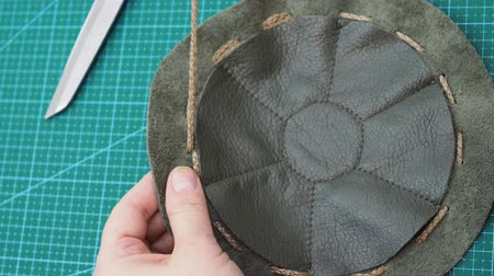 workshop for making leather bag for jewelry - craftsman in the sewn pouch Dostupné videozáznamy