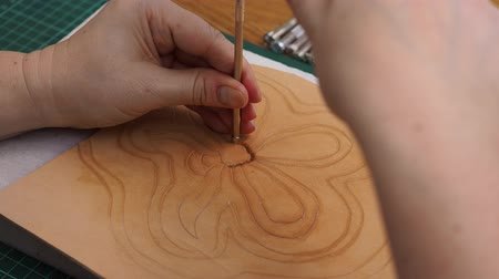 workshop bag making leather carved handbag Dostupné videozáznamy