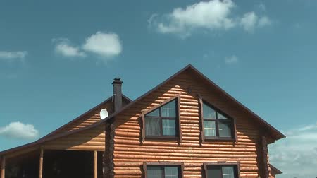 çatı : Time lapse shot of log house against the sky and clouds.