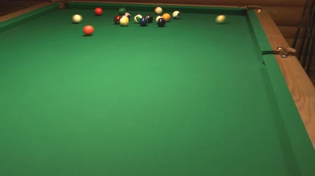 poolbiljart : HD 1080 clip van poolspel opening te raken. Stockvideo