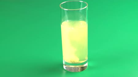 oldódó : Instant sparkling tablet of vitamin in a glass with water. Stock mozgókép