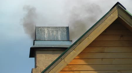 дымоход : Smoke comes from the tube mounted on the roof. Стоковые видеозаписи