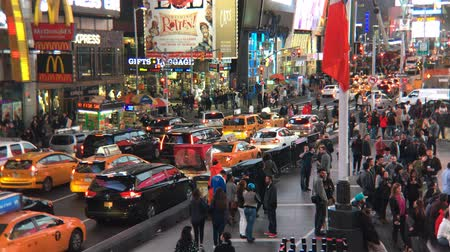 verkeersbord : NEW YORK CITY, Verenigde Staten - OCT 2: Times Square Time-lapse, met taxi's, winkels en geanimeerde LED-borden, is een symbool van New York City en de Verenigde Staten, 2 oktober 2016 Stockvideo
