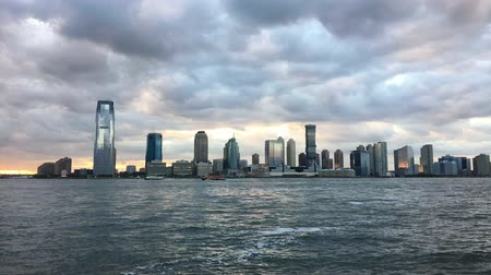trikot : JERSEY CITY, USA - October 8, 2016: Jersey City with the dramatic sky at the dusk, with the frequent boat traffic on the Hudson River