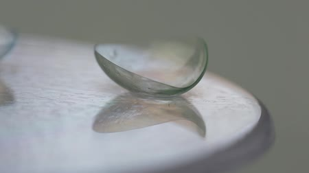 soczewki kontaktowe : Soft contact lenses fall and rotate