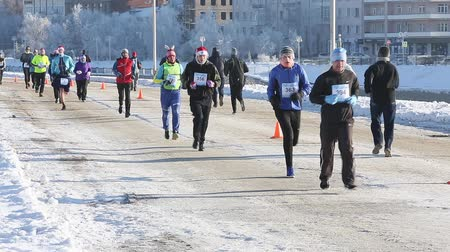 adem : Multinationale deelnemers aan de 27e kerst halve marathon in Omsk Stockvideo