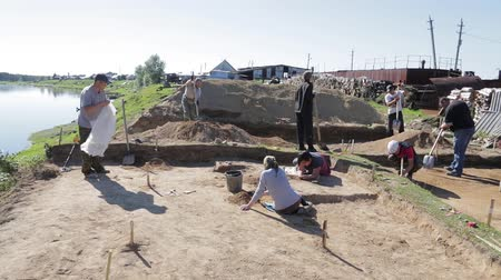 zednická lžíce : A group of scientists is conducting archaeological excavations in Siberia