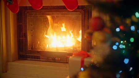 şömine : Background with decorated Christmas tree and burning fireplace at living room. Focus on fireplace