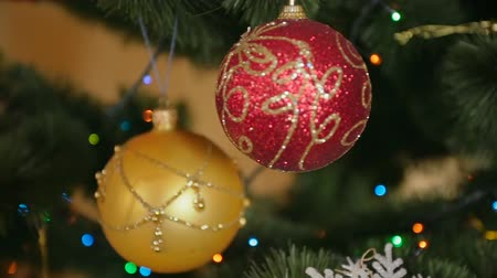 вешать : Steadicam shot around the Christmas tree with colorful baubles and lights