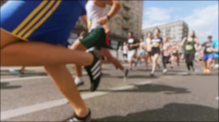 homályos mozgás : Slow motion blurred video of crowd running on marathon Stock mozgókép