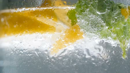 cytryna : Closeup slow motion video of misty wet glass of lemonade