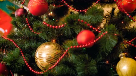 достигать : Closeup footage of Christmas lights glowing on Christmas tree at living room