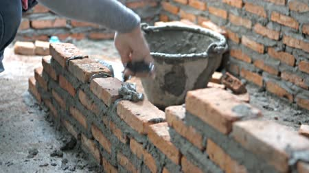 cegła : Bricklayer mortar to build the wall