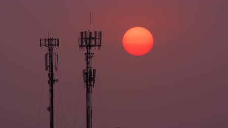 telekomünikasyon : Time-lapse of a sunset behind a telecommunications antenna