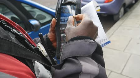 bilet : Police prescribes a penalty for wrong parking.