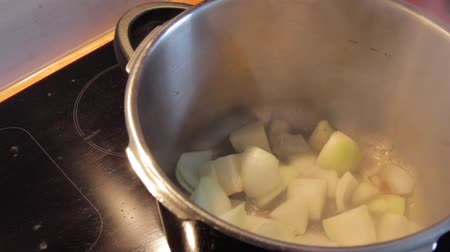pieprz : Filling onions and red pepper in a pot and roasting the vegetables