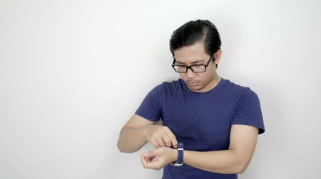 délkelet Ázsia : Asian Man Wearing Watch on His Hand On Studio White Background 4K Resolution