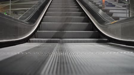 yolları : Escalator running down at the train station in Berlin, Germany Stok Video