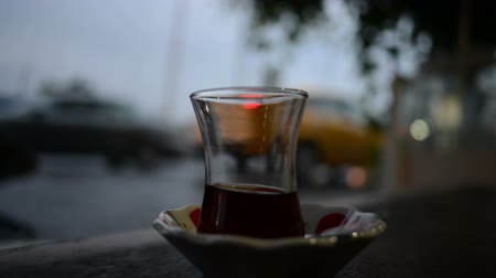 pohostinství : Arabian tea glass with busy city traffic in Istanbul, Turkey.