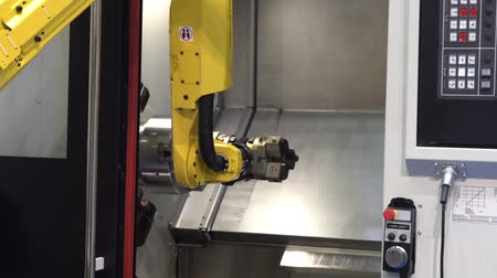 турель : Moscow, Russia - May, 2018: Fanuc M-20iA robot hand with Schunk gripper operating with CNC machine Стоковые видеозаписи