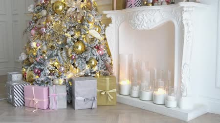 přítomný : White room interior with New Year tree decorated, present boxes and fireplace