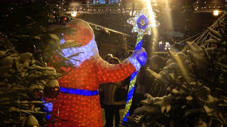 Moscow, Russia - December, 2017: 4K footage of people take photos of Santa Claus figure on christmas market fair in Moscow, Russia Vídeos