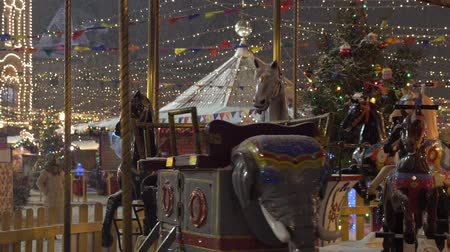 Carousel with rocking horses on christmas market in Moscow, Russia Vídeos
