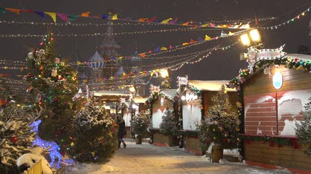 Moscow, Russia - January, 2018: Snowing on christmas market fair on Red square in Moscow, Russia Vídeos