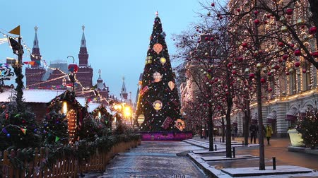 Moscow, Russia - January, 2018: New Year tree on Red square, snowing on christmas market fair Vídeos