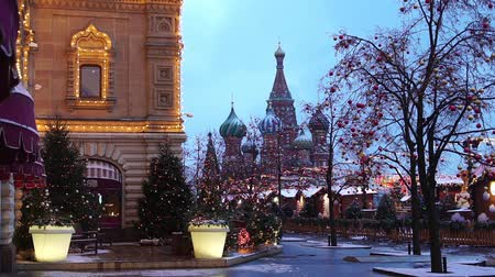 Moscow, Russia - January, 2018: Christmas market fair with St. Basils Cathedral view in Moscow, Russai Vídeos