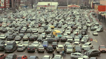 zsúfolt : Lots of cars parking in the city