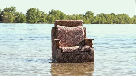 sem nuvens : The restless chair in the river Vídeos