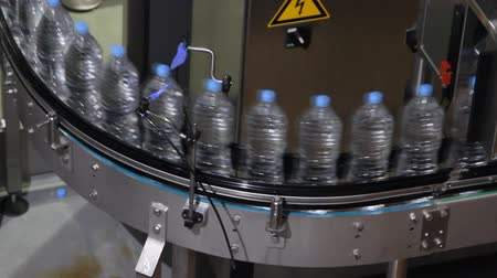 şişeler : Plastic water bottles on conveyor or water bottling machine