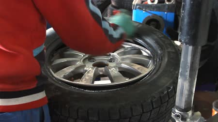 pneus : Mechanic removes car tire closeup Stock Footage