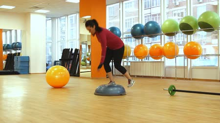 eğitici : Young woman doing fitness exercise with bosu ball