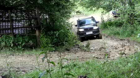 boldness : SUV drives into the mountain to impassable mud